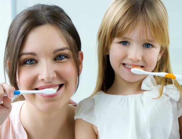 Чому не можна чистити зуби після сніданку