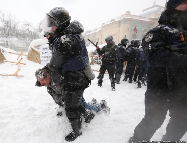 Сутички від Верховною Радою: поліцейський застосував газовий балончик проти журналіста. ВІДЕО