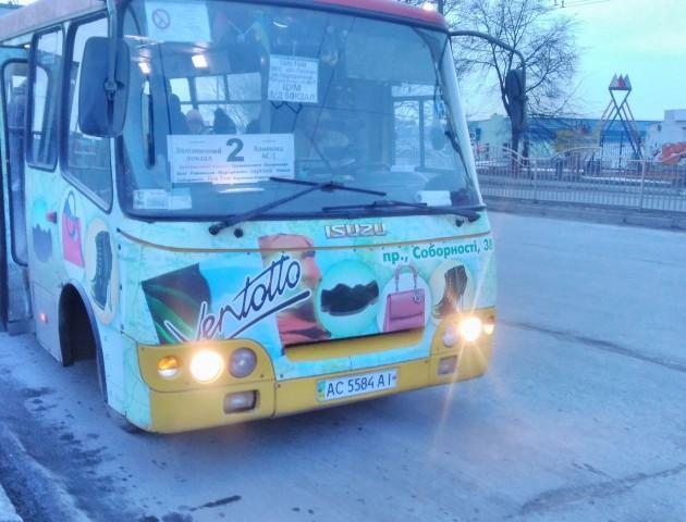 З дітьми в прокуреній маршрутці: лучанин обурений «сервісом» у міському транспорті