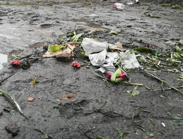 У центрі Луцька - квітковий погром після свята. ФОТО