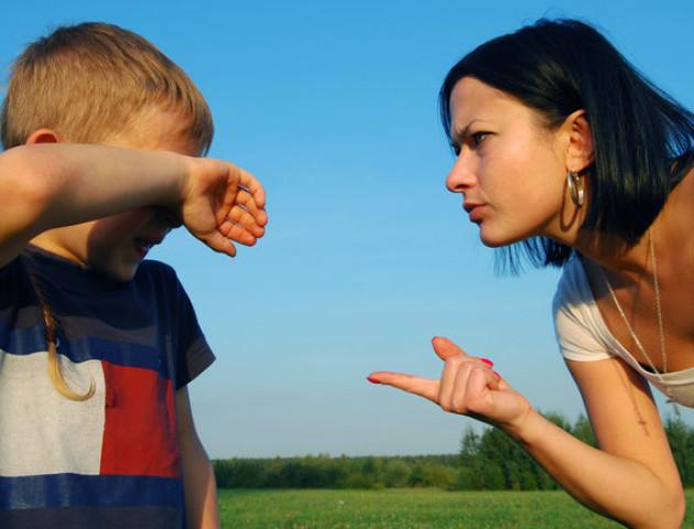 Що робити, якщо чужий дорослий лає вашу дитину: відповідь психолога