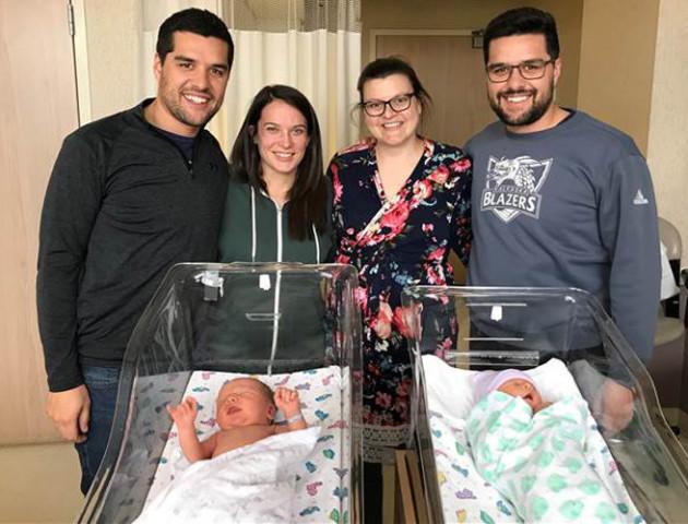 Фото дня: у братів-близнюків в один день народилися діти