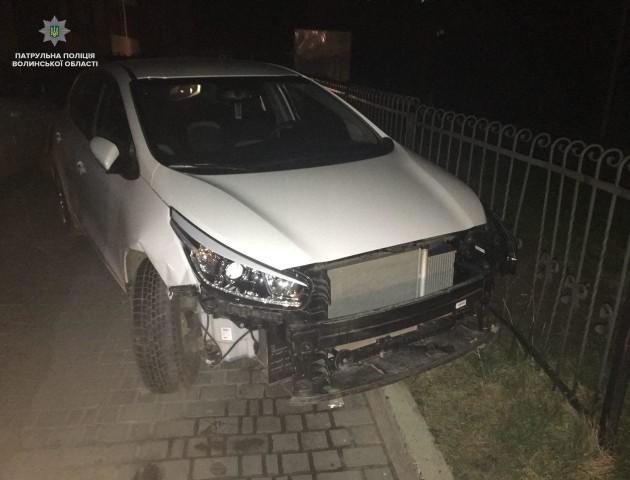 У Луцьку п'яна водійка «стукнула» на парковці 5 авто та пошкодила огорожу. ВІДЕО