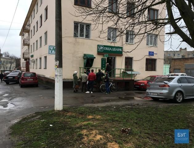 Передсвятковий ажіотаж та відсутність готівки: волиняни штурмують банкомати
