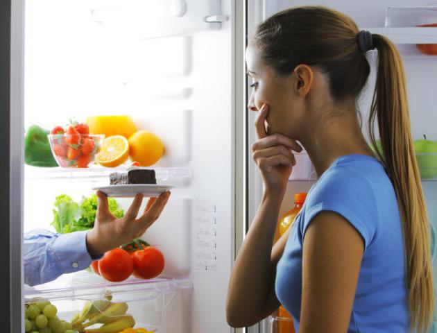 Які продукти небезпечно їсти перед сном
