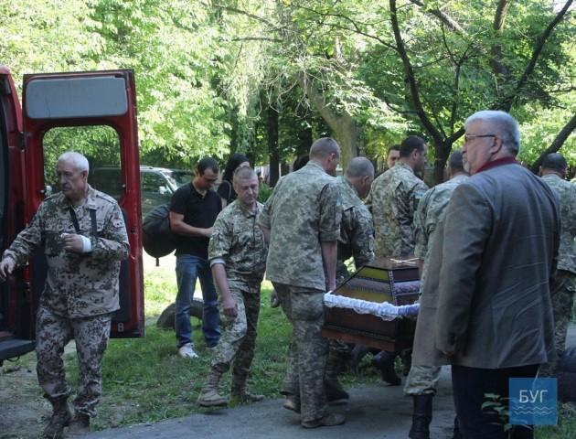 Тіло волинського загиблого бійця на Сході привезли вже додому. ФОТО
