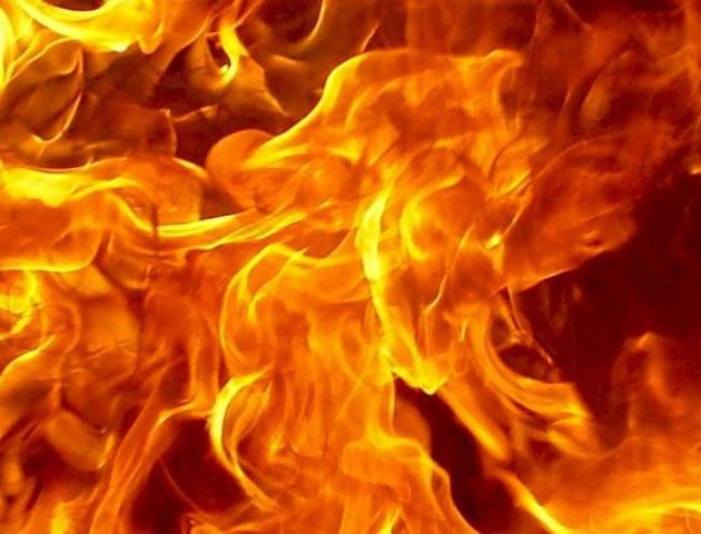 На Театральному майдані у Луцьку чоловік сам себе підпалив. ВІДЕО