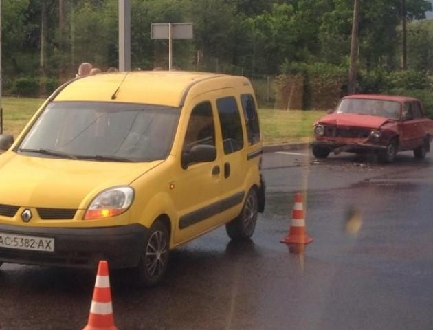 У Луцьку неподалік перехрестя «стукнулися» дві автівки. ФОТО