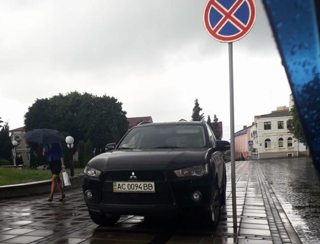 У Луцьку водій Mitsubishi припаркувався під знаком «Зупинка заборонена». ФОТО