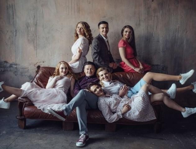 Луцькі телеведучі поділилися світлинами у стилі «Friends». ФОТО