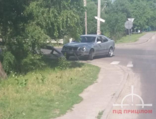 У Луцьку дівчина-водій не «вписалася» у поворот і «врізалася» у відбійник. ФОТО