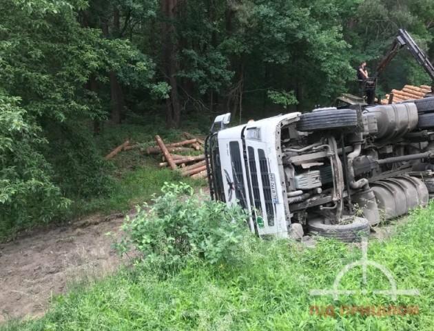 На Волині вантажівка з деревиною злетіла у кювет. ФОТО