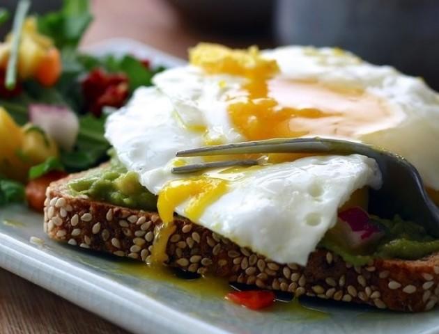 Кому потрібно їсти яйця кожен день: медики здивували відповіддю