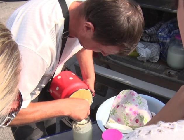 Лучани не бояться купувати молоко та м'ясо, які продають на спеці під відкритим небом. ВІДЕО