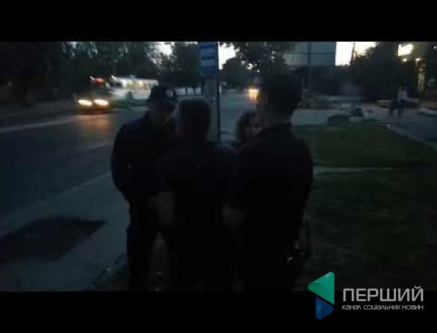 З'явилося відео нічного затримання у Луцьку чоловіка і жінки за непокору поліції. ВІДЕО