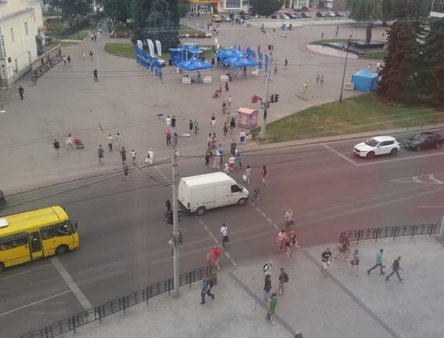 У центрі Луцька бус, щоб пропустити пішоходів, зупинився просто на переході