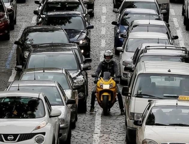 На українських дорогах звузять ширину смуг руху