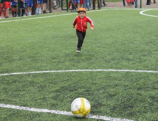 У селищі на Волині відкрили новеньке футбольне поле. ФОТО