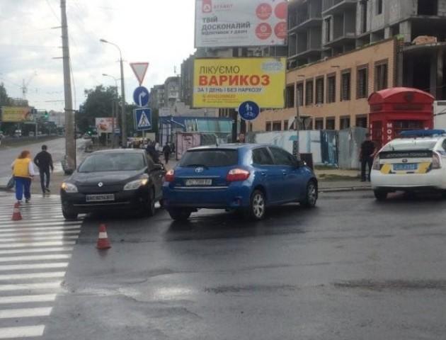 У Луцьку на Соборності не розминулися Toyota та Renault. ФОТО