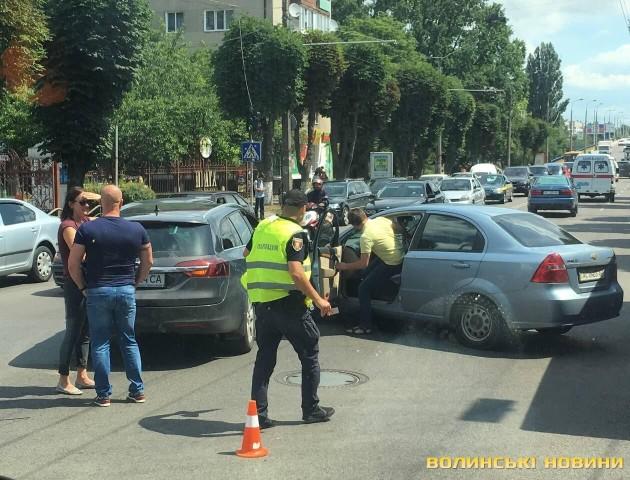 Через аварію у Луцьку «стоїть» ціла вулиця. ФОТО