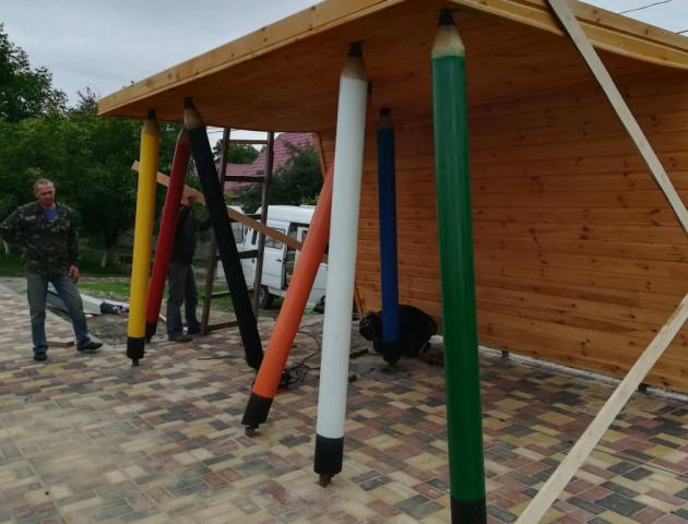 Під Луцьком роблять зупинку з гігантськими олівцями. ФОТО