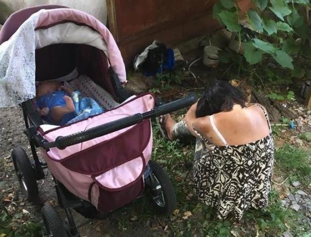 На Рівненщині поліцейські забрали у п'яної матері дитину