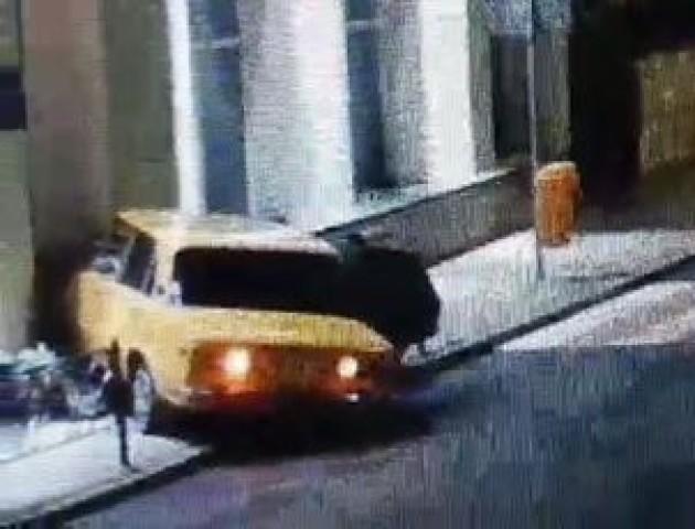 У Трускавці легковик на швидкості «влетів» у ЦНАП. ВІДЕО