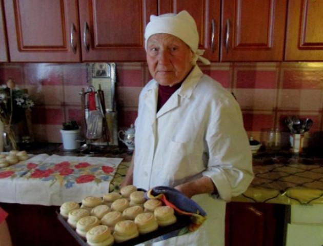 Волинянка у свої 85 років пече просфори. ФОТО