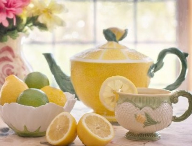 Чому не варто пити чай з лимоном