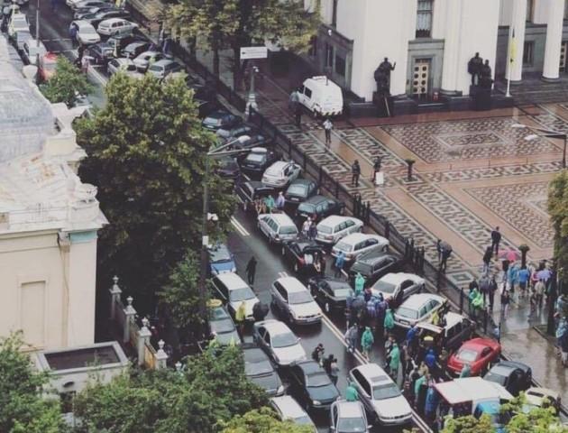У Києві - масштабна акція протесту власників «євроблях»: центр заблокований