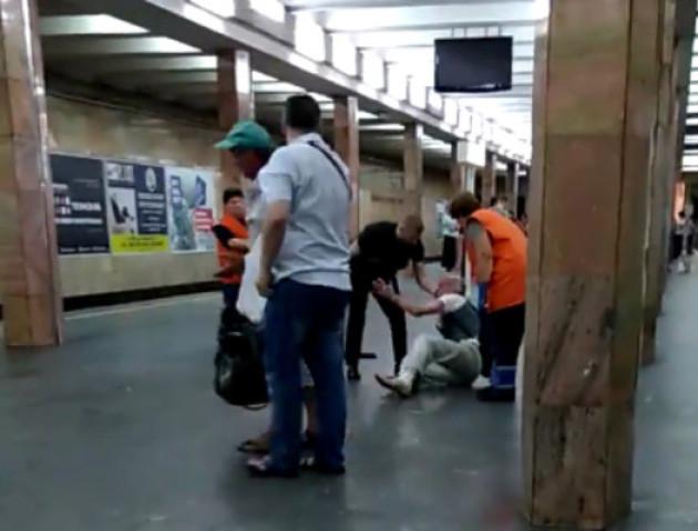 Поліція побила пасажира метро: подробиці інциденту. ВІДЕО