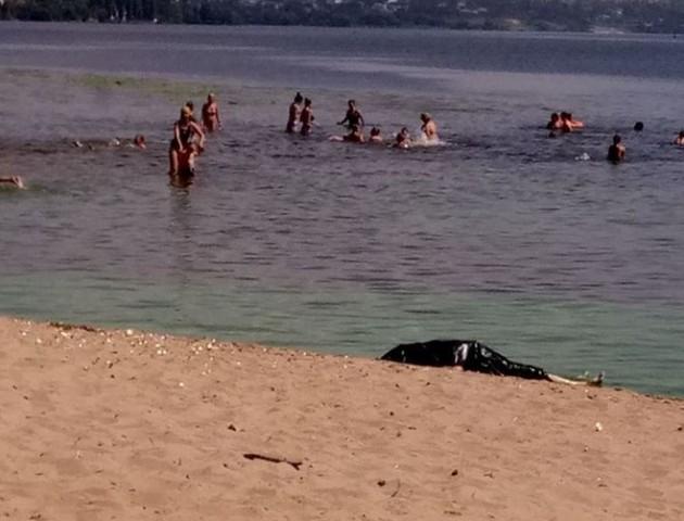 Відпочивальники купалися та засмагали поряд з трупом. ФОТО. ВІДЕО