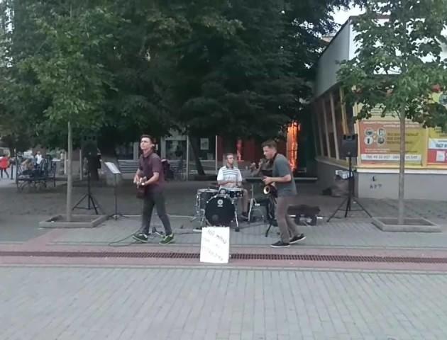 Неймовірні танці з саксофоном: як у центрі Луцька молоді музиканти запалювали  публіку. ВІДЕО