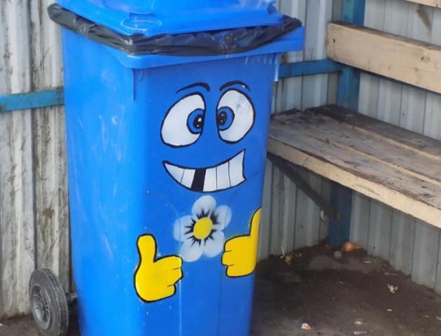 У Ківерцях близько року не можуть встановити смітники на зупинках
