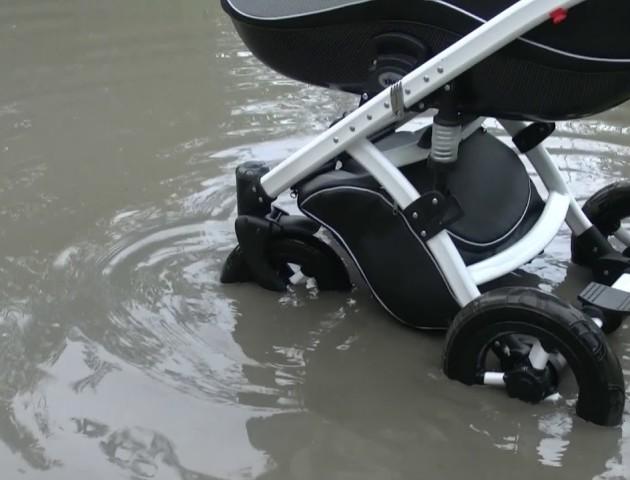 Тоне навіть дитячий візок: відео аварійної дороги у Володимирі стає хітом інтернету