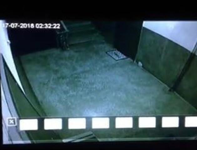 Вночі у Луцьку невідомий «вивчав» вхідні двері квартир та слухав, що там відбувається