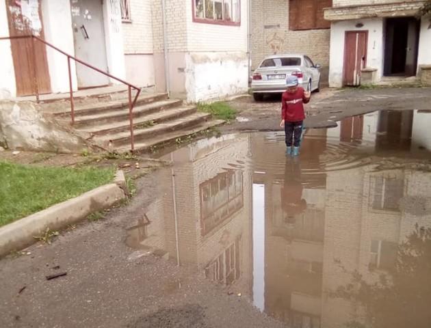 У Луцьку біля багатоповерхівки через дощ утворилося озеро. ФОТОФАКТ