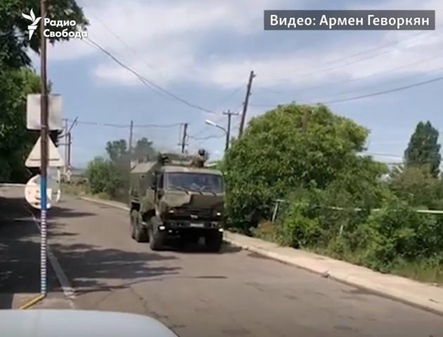 «Здалося, що почалась війна»: У Вірменії місцеві жителі зупинили колону російських військових. ВІДЕО