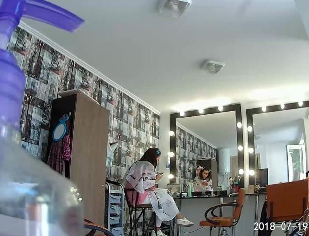 Курйоз у луцькій перукарні: ромка зайшла і безцеремонно просила гроші. ВІДЕО