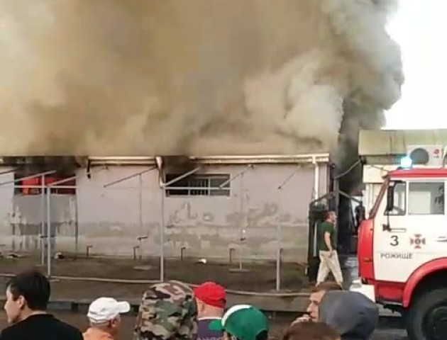 Пожежа у райцентрі на Волині: блискавка влучила у ринок. ВІДЕО