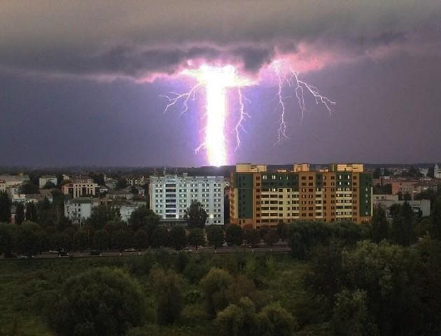 Як у фільмі жахів: показали блискавку у Луцьку. НЕЙМОВІРНЕ ФОТО