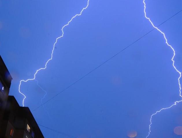 Вечірня блискавка в об'єктиві луцького фотографа