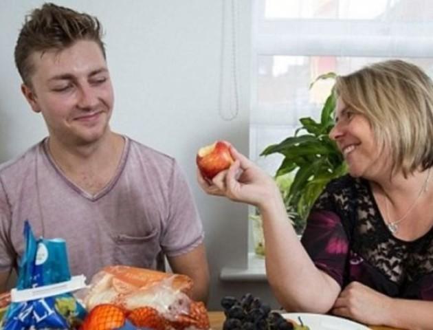 Хлопець 20 років поспіль їв тільки картоплю з куркою: як він виглядає зараз