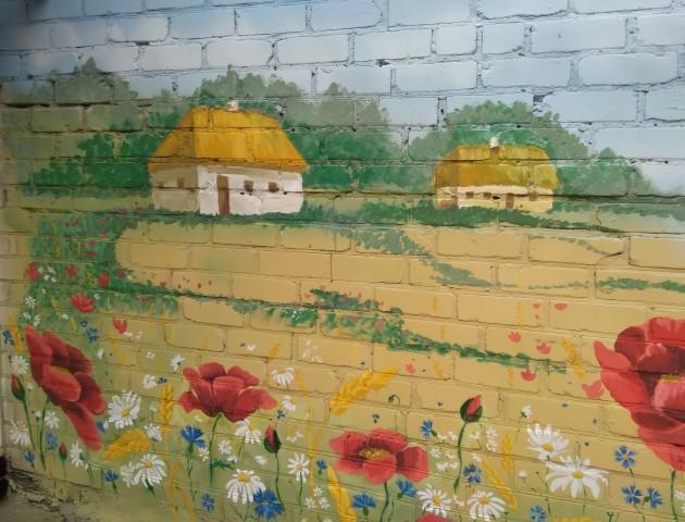 Соняхи, маки та ромашки: як у селі на Волині розмалювали фасад школи. ФОТО