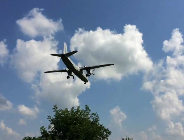 На луцький аеродром прилетів літак-лабораторія. Відео