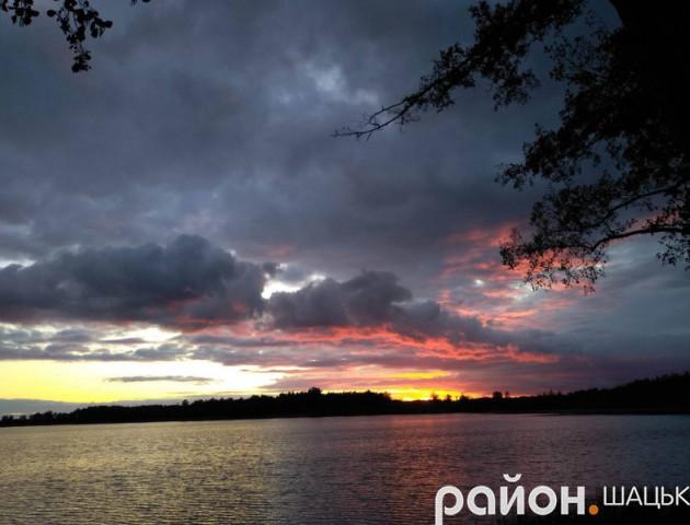 Пожежа в небі: фантастичний захід сонця на волинському озері. ФОТО