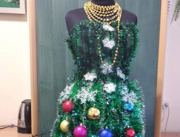 Волинянин презентував створену власноруч сукню-ялинку. ФОТО