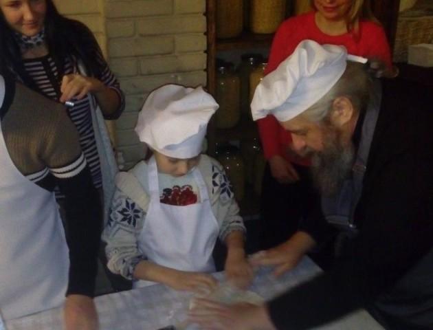 У Луцьку особливі діти разом ізмитрополитом вчилися пекти піцу. ФОТО