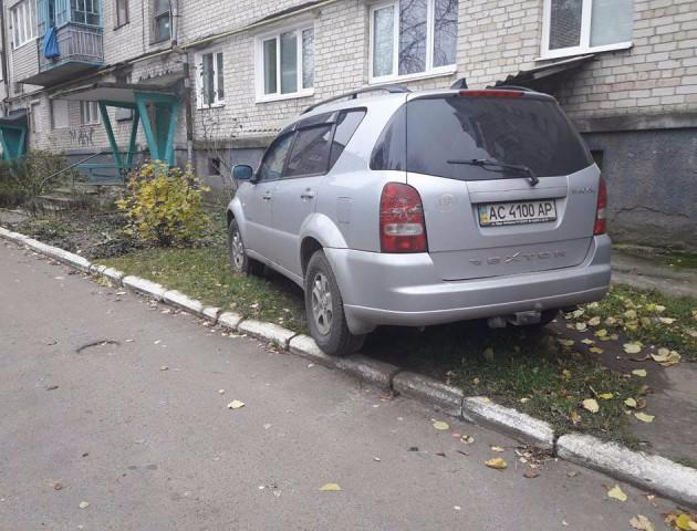 Любитель паркуватись на газоні тікав від луцьких муніципалів, ледь не згубивши капці