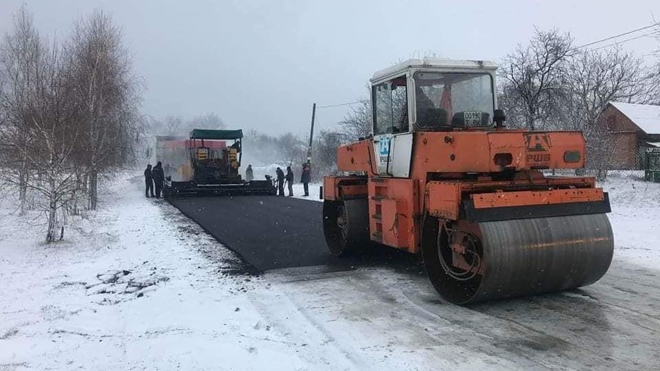 У селі під Луцьком на сніг кладуть асфальт. ФОТО